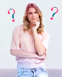 Imagem de uma mulher com ar confuso e pontos de interrogação em segundo plano. A imagem ilustra que é comum ter muitas dúvidas sobre a menstruação e que a o.b.® tentou esclarecê-las aqui.